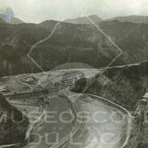 Vue sur les chantiers de construction du barrage