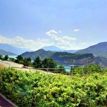 Vue sur le lac de Serre-Ponçon depuis le Muséoscope