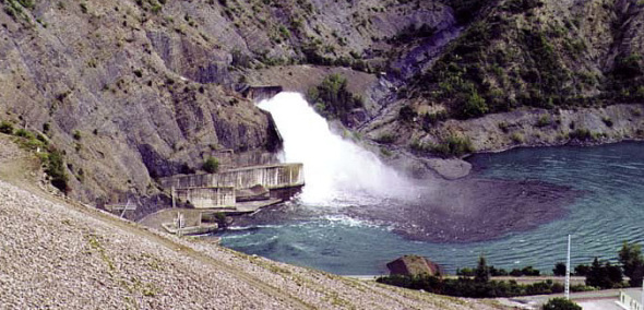 a great spray of water of many cubic meter Dam of Serre-Ponçon